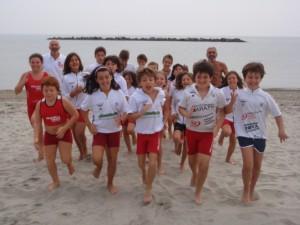 foto di gruppo sulla spiaggia